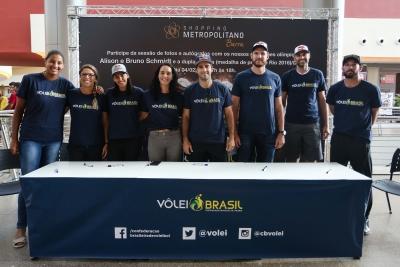 Rio de Janeiro (RJ) - 04.02.2017 - Sessão de autógrafos Gigantes da Praia