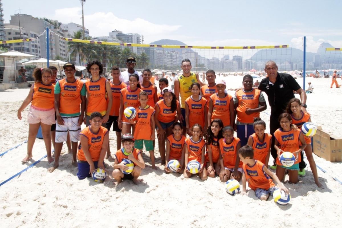 Giba faz a alegria das crianças do VivaVôlei em exposição dos Jogos Olímpicos