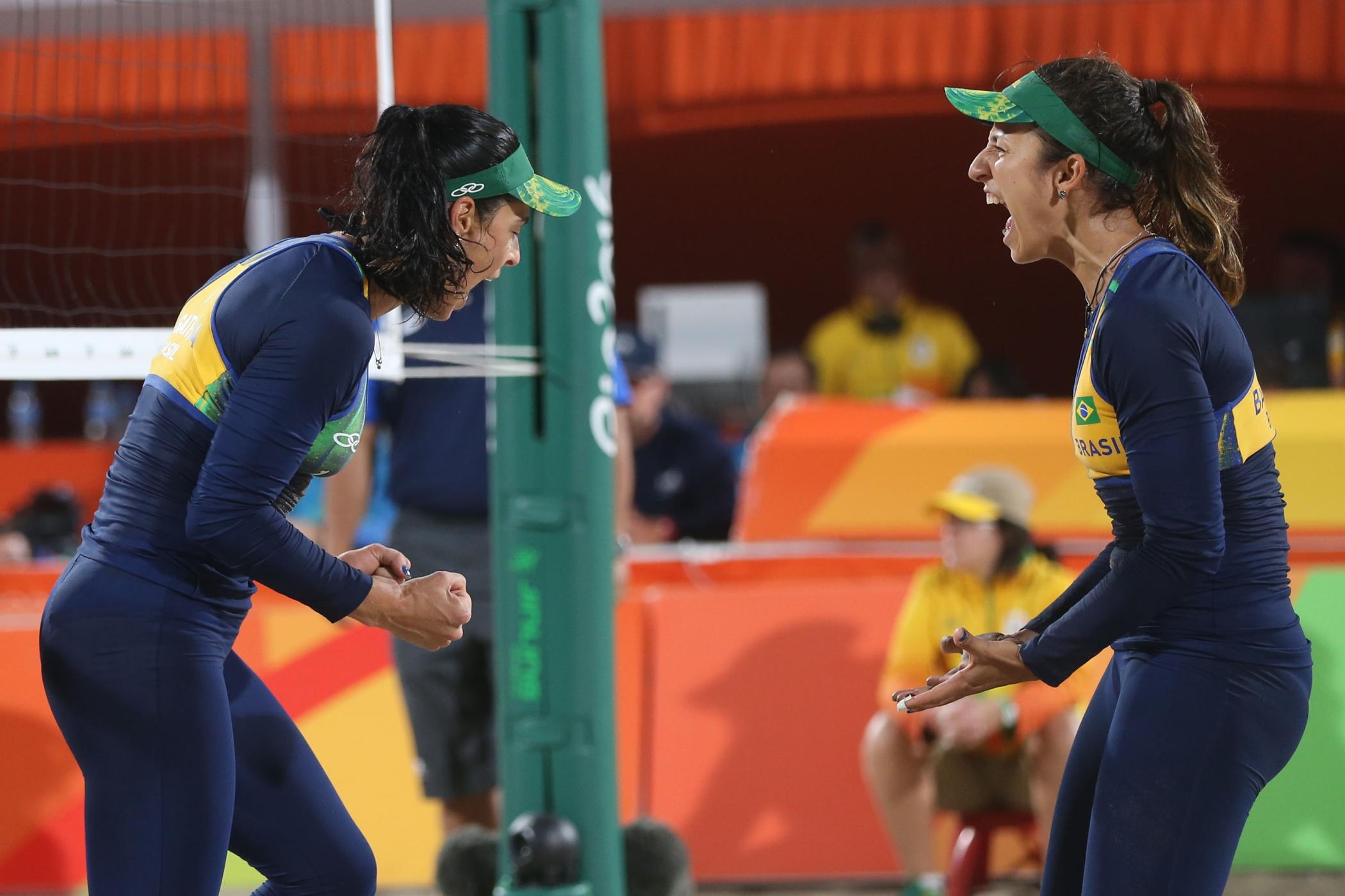 Ágatha e Bárbara superam russas, vão à semifinal e garantem medalha ao Brasil