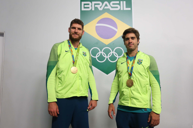 Alison e Bruno elogiam estrutura oferecida e entregam medalha ao técnico da dupla