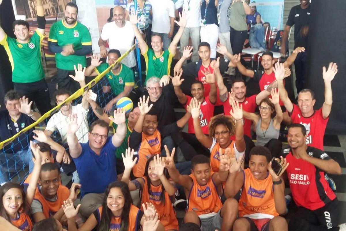 Emanuel e Adriana Behar participam de demonstração de vôlei sentado
