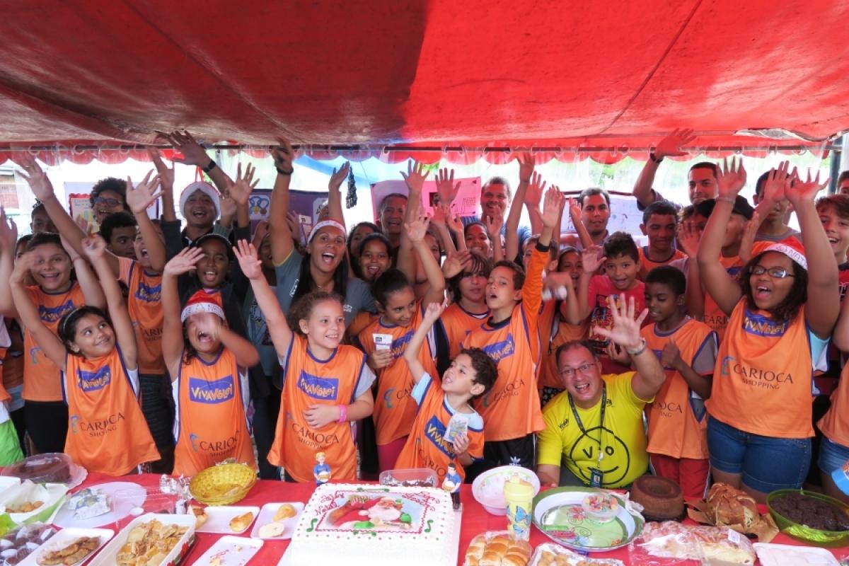 Colaboradores fazem a festa com crianças do Núcleo Carioca Shopping