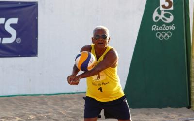 Aos 65 anos, Roberto Oliveira é um exemplo a ser seguido no vôlei de praia