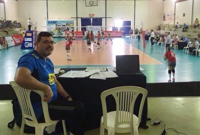 Assistente técnico da seleção juvenil feminina seleciona talentos na competição