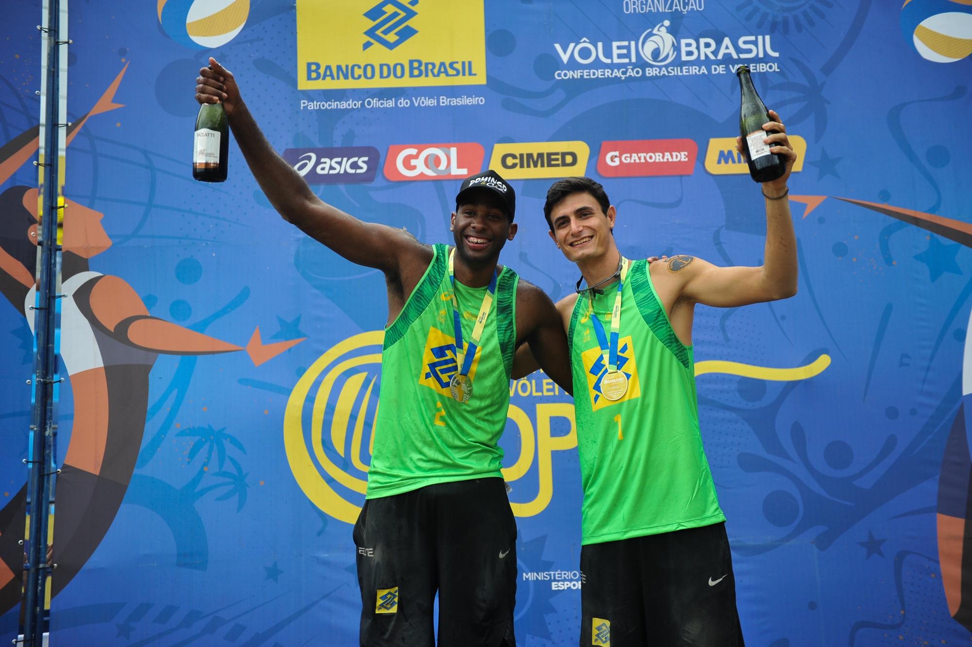 Campeões mundiais Evandro e André encerram ano perfeito com ouro em Itapema (SC)