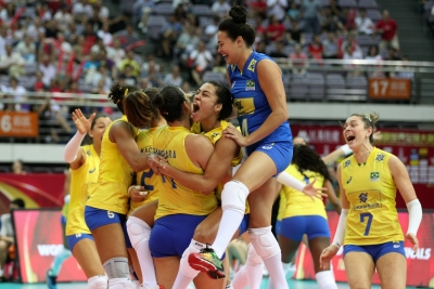 De virada, Brasil vence Sérvia e enfrenta Itália na final
