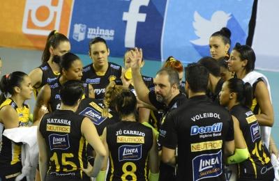 Dentil Praia Clube supera Pinheiros e segue na vice-liderança