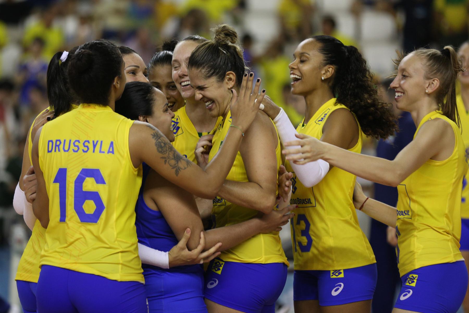 Brasil comemora vitória contra República Dominicana (Créditos  Michael  Dantas MPIX CBV). A seleção brasileira feminina ... c268ce2707994