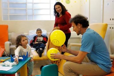 Giba, Emanuel e Lili levam alegria e diversão à crianças em mais três instituições