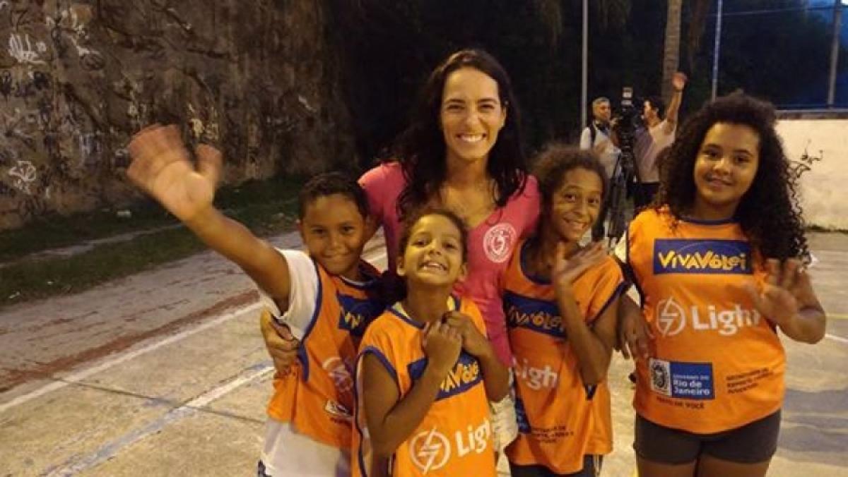 Medalhista olímpica Ágatha visita núcleo recém-inaugurado no Terreirão