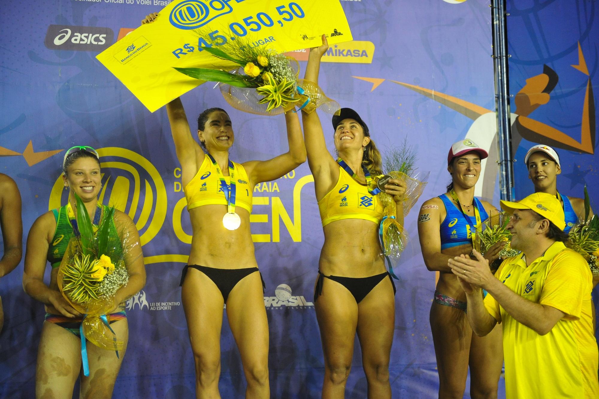 Maria Elisa e Carol Solberg conquistam etapa disputada em Itapema (SC)