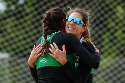 Maria Elisa e Carol Solberg vencem disputa interna e avançam na Holanda