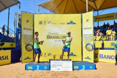 Pedro e Guto vencem campeões olímpicos e levam o ouro em Vitória
