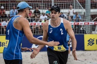 Três duplas brasileiras vencem no qualificatório e completam fase de grupos