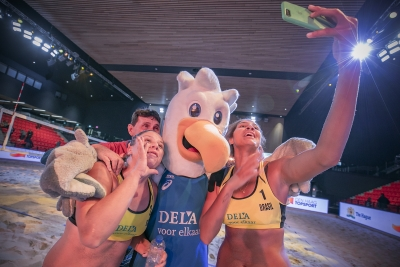 Ana Patrícia e Rebecca vencem atuais campeãs e vão à final na Holanda