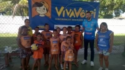 Atleta do Brasil Kirin visita crianças do núcleo Canavieiras (BA)