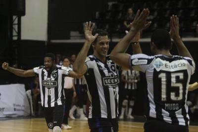 Botafogo vence mais uma, mantém invencibilidade e playoffs são definidos