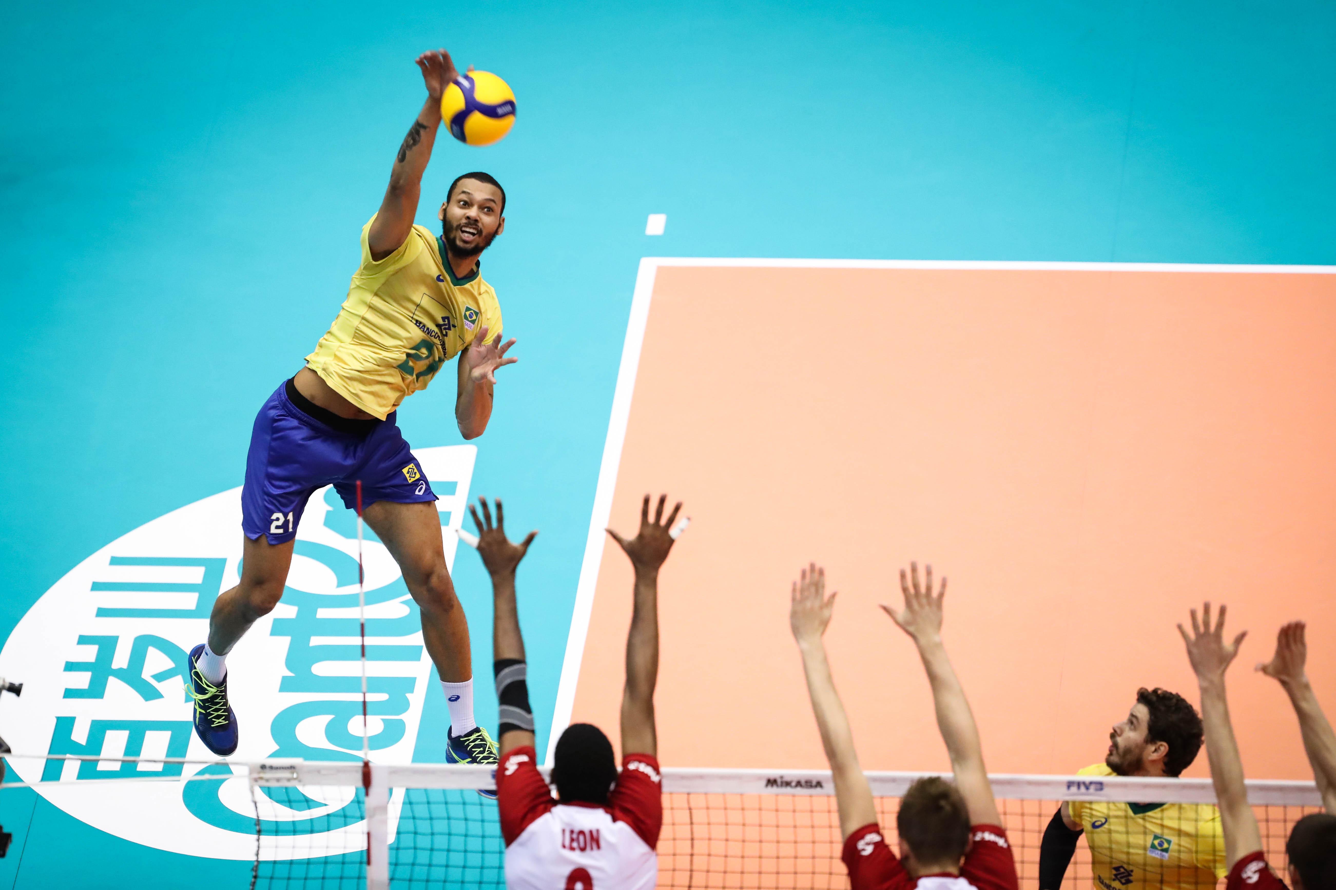 Brasil bate a Polônia em jogo emocionante e segue na liderança