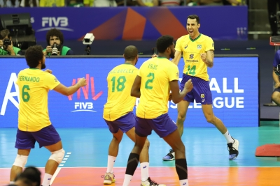 Brasil vence a Itália de virada na despedida de casa
