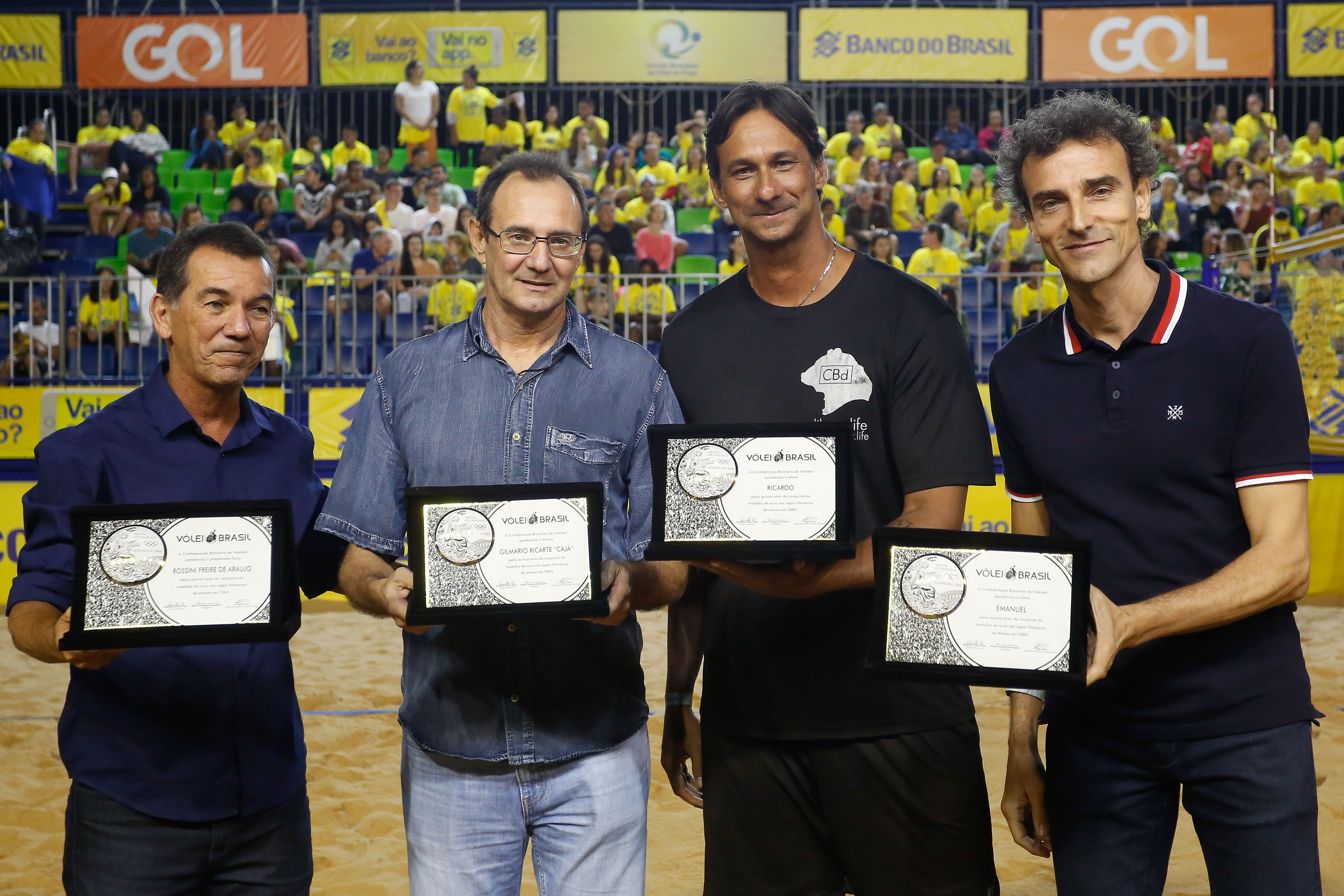 Campeões olímpicos em Atenas, Ricardo/Emanuel e comissão técnica são homenageados pelos 15 anos do feito