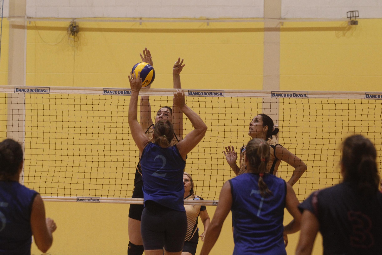Canto do Rio (RJ) vence quatro jogos sem ceder sets e aposta na diversão para buscar título do 45+ feminino