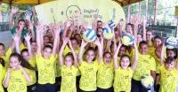 Crianças de Betim (MG) experimentam o voleibol durante Mundial Masculino de Clubes