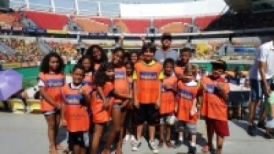 Crianças de três núcleos cariocas acompanham Gigantes da Praia