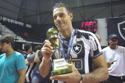 Decisivo e feliz aos 40 anos, Lorena comemora seu auge com título no Botafogo