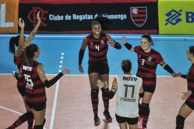 Embalado pela torcida, Flamengo vence e garante acesso à elite