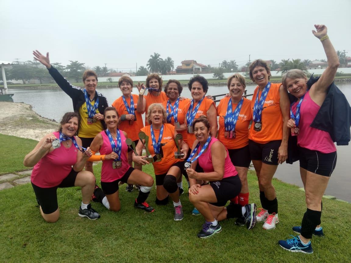 Grupo de amigas dispensa crochê e leva medalhas em três categorias acima dos 60