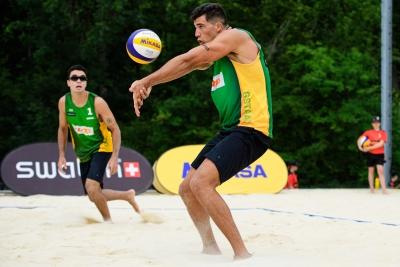 Guto/Saymon elimina campeões mundiais e Brasil tem três duplas nas oitavas
