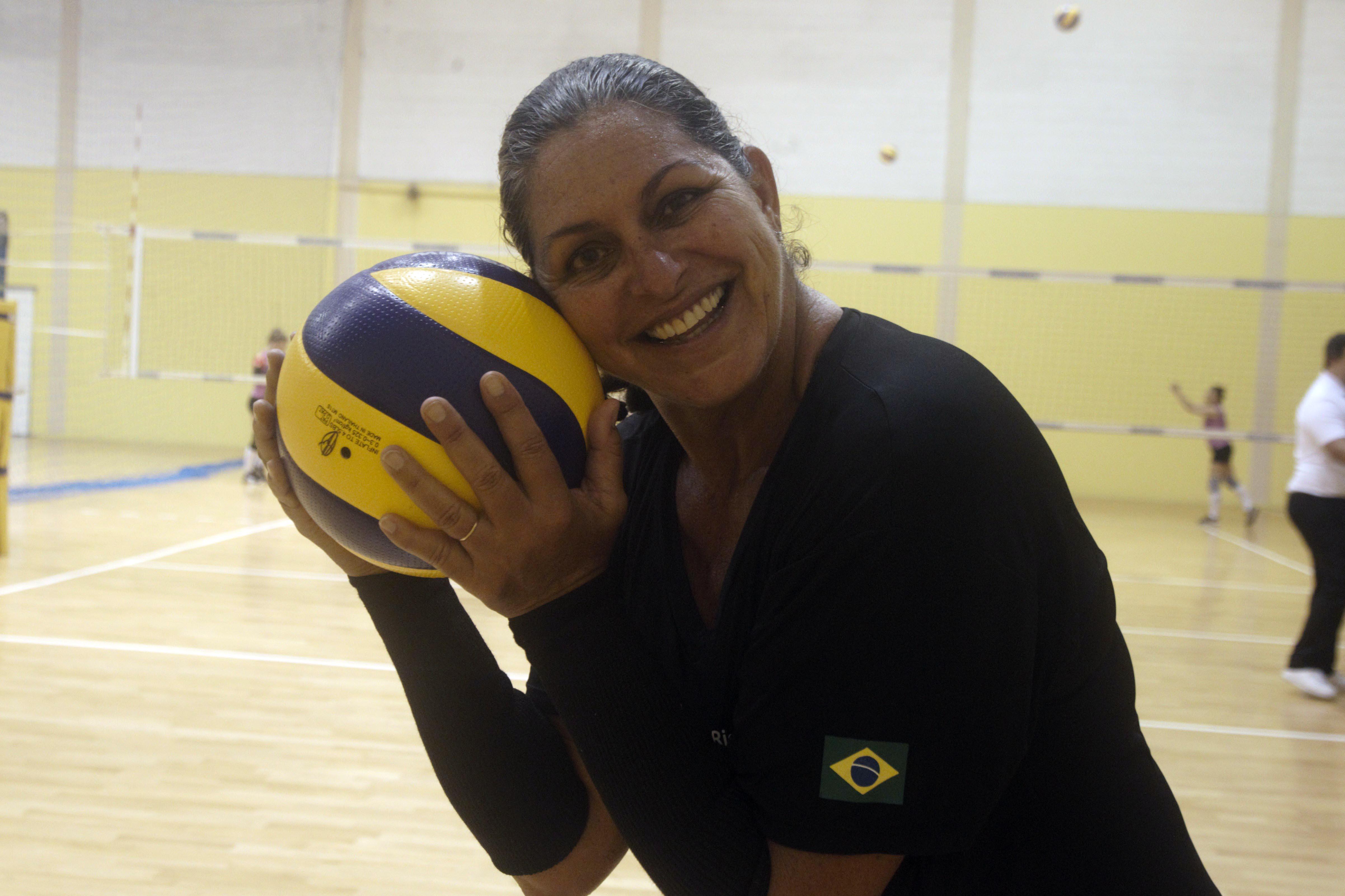 Medalhista olímpica Mônica Rodrigues celebra 25 anos do primeiro ouro no Circuito Mundial dentro de quadra, no Vôlei Master