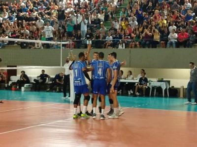 O Lavras Vôlei vence JF Vôlei e garante vaga na semifinal