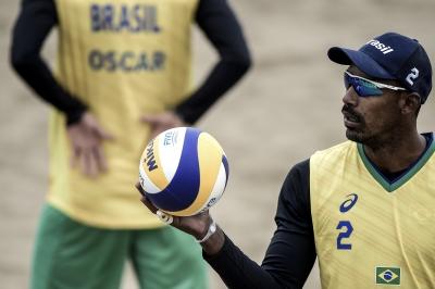 Oscar e Thiago vencem uruguaios e lideram grupo no vôlei de praia
