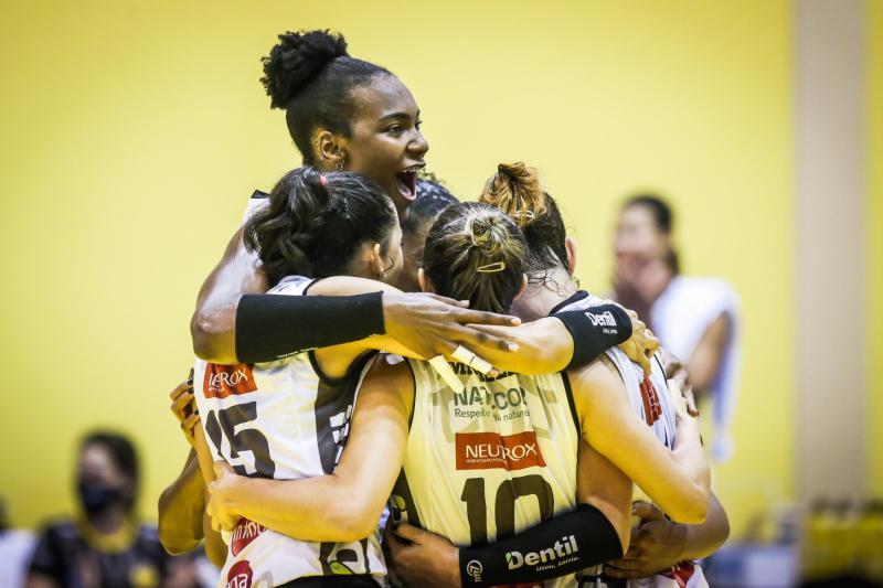 Dentil/Praia Clube vence Curitiba Vôlei e segue na liderança