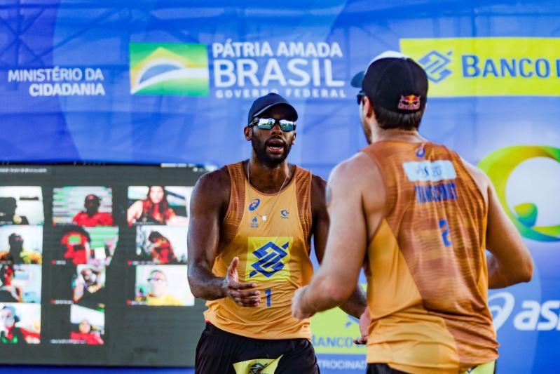 Evandro/Bruno Schmidt e André/George fazem final da quarta etapa em Saquarema
