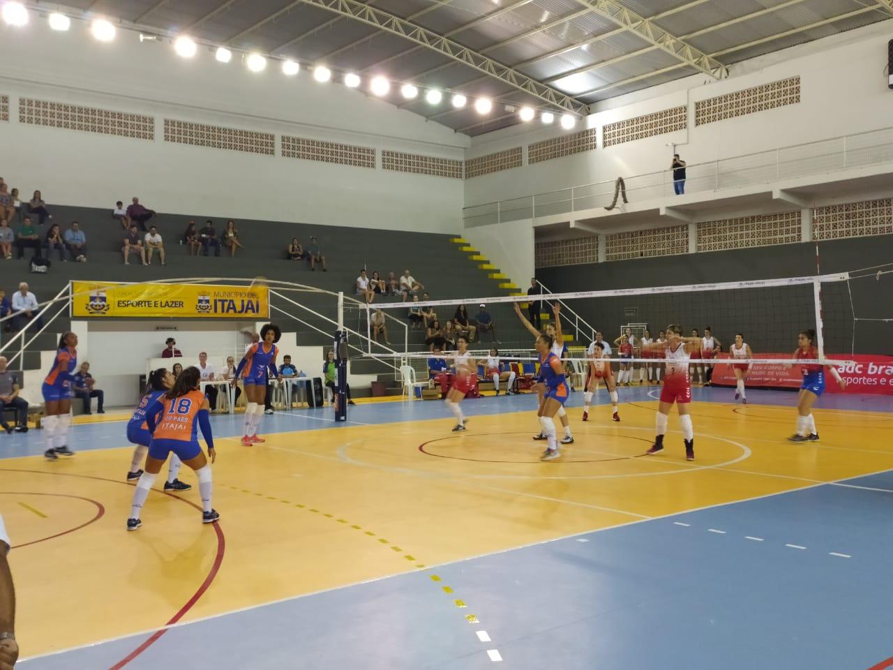 Itajaí Vôlei vence Bradesco Esportes em partida isolada da terceira rodada