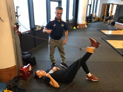 Preparadores físicos visitam atletas que atuam no exterior
