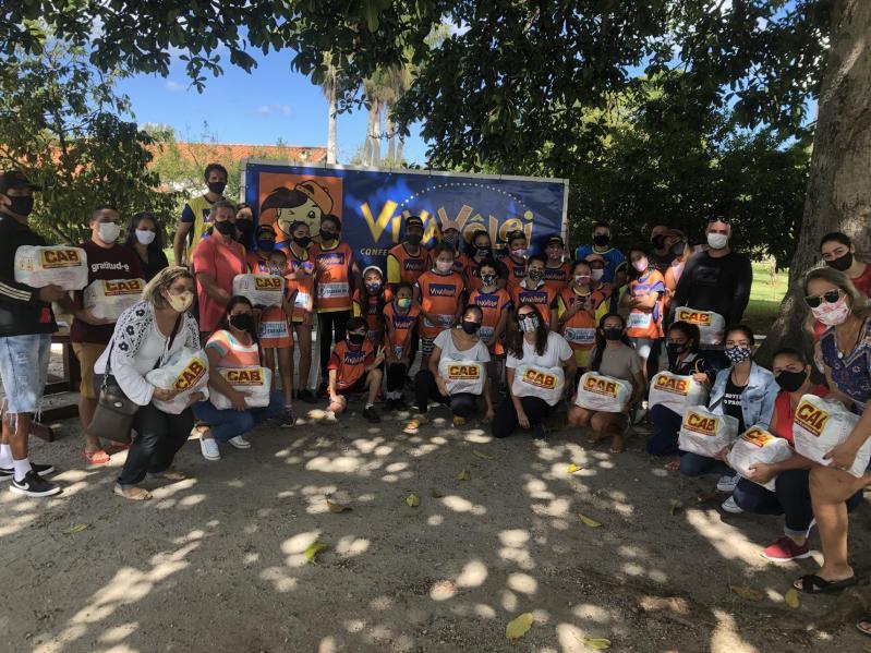 Crianças do núcleo de Saquarema recebem cestas básicas em evento teste