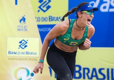 Meio brasileira, meio gringa, Tory Paranaguá vive a leveza do vôlei de praia