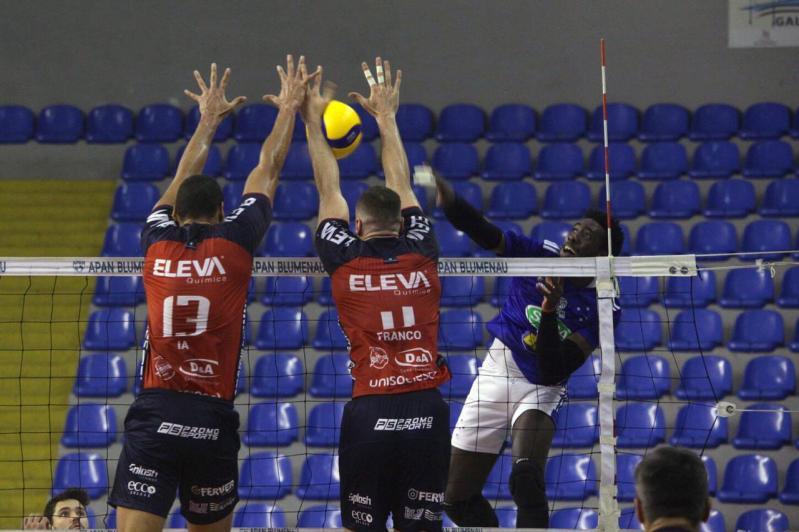 Sada Cruzeiro vence fora de casa